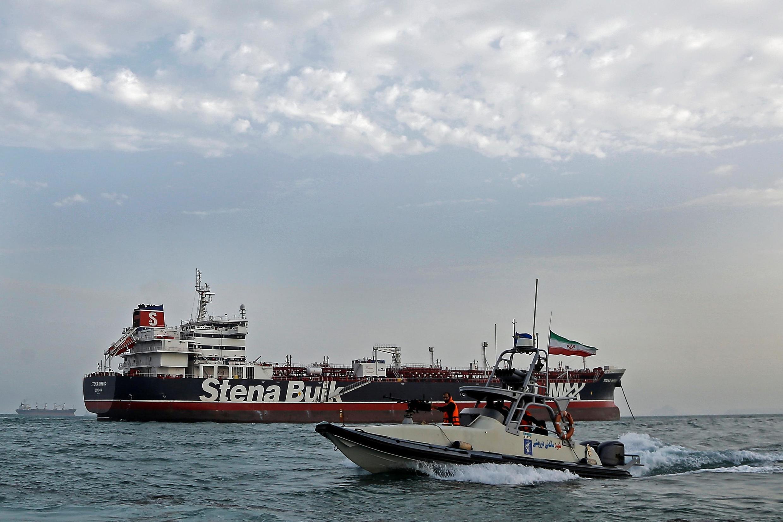 قایق سپاه پاسداران جمهوری اسلامی ایران، در نزدیکی کشتی توقیفشده بریتانیایی در بندر عباس. ٢١ ژوئیه ٢٠۱٩