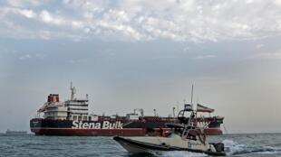 یک قایق سپاه پاسداران ایران در نزدیکی کشتی توقیف شده بریتانیایی، استینا ایمپرو، که در ماه ژوئیه در تنگه هرمز توقیف شد.
