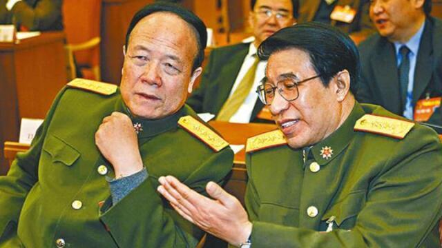 图为解放军贪腐大老虎郭伯雄与徐才厚落马前照片