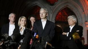 Julian Assange fala a jornalistas após sua libertação sob fiança.