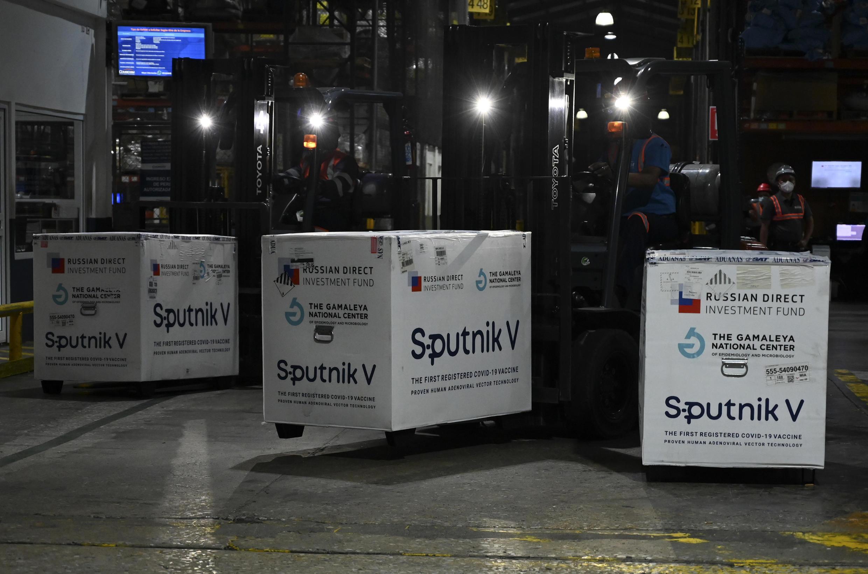 Cajas con las vacunas rusas contra el Covid-19, Sputnik V, el 16 de junio de 2021 en el aeropuerto de Guatemala