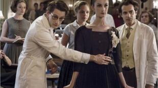 """""""Yves Saint-Laurent"""", interpretado por Pierre Niney (à esq.), estreou nas salas francesas neste quarta-feira, 8 de janeiro de 2014."""