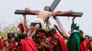 Ruben Enaje, 58 ans, incarne la crucifixion du Christ pour la 32e fois.