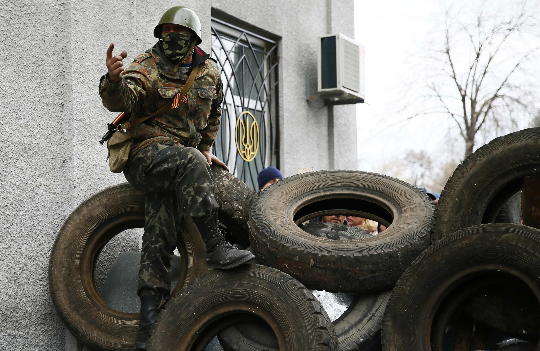 Боевик на баррикадах в донецком Славянске 12 апреля 2014.