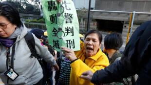 2017年2月14日香港七名警官因在争普选占中运动中殴打游行者而出庭受审,泛民主派人士在法庭外集会。