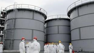 Seis funcionários foram expostos à radioatividade após um vazamento de água contaminada na usina nuclear de Fukushima. Foto tirada em 1 de março de 2013 com os empregados da  usina  TEPCO.