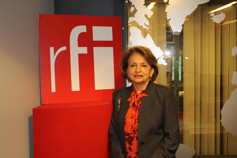 فرزانه میلانی در استودیو رادیو بینالمللی فرانسه