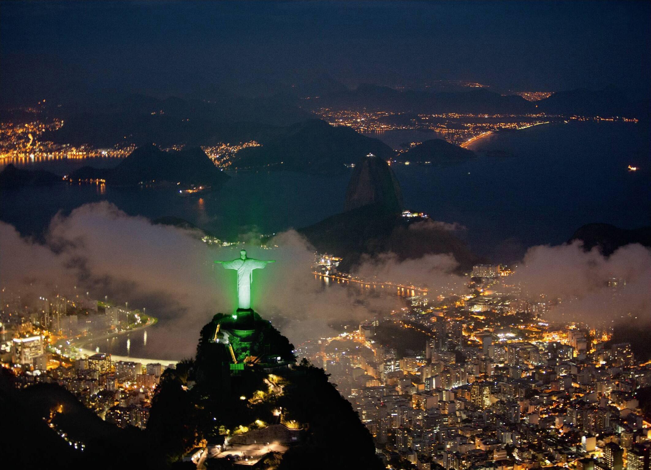 Cristo Redentor recebe iluminação especial durante a Rio+20.