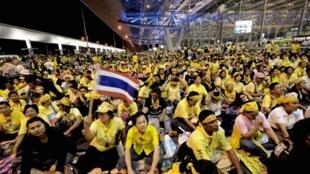 Những người thuộc phong trào Áo Vàng chiếm lĩnh phi trường Bangkok (Thái Lan) vào tháng 11/2008. Ảnh tư liệu.