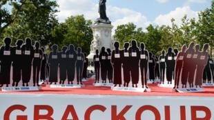 Les 220 silhouettes représentants les jeunes filles nigérianes enlevées par Boko Haram, exposées place de la République à Paris.