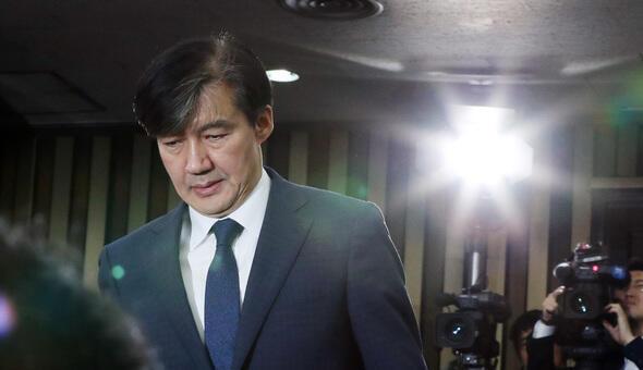 图为韩国法务部长曹国