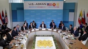 Tổng thống Barack Obama ( giữa) khai mạc thượng đỉnh Mỹ - ASEAN Sunnylands, California ngày 15/02/2016.