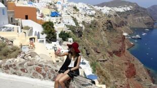 Turistas continuam a chegar em massa à Grécia, apesar da grave crise que o país enfrenta.