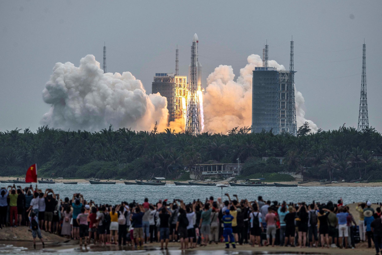 Une fusée Longue Marche 5B, transportant le module central de la station spatiale chinoise Tianhe, lors de son décollage au centre de lancement spatial de Wenchang dans la province de Hainan, dans le sud de la Chine, le 29 avril 2021.