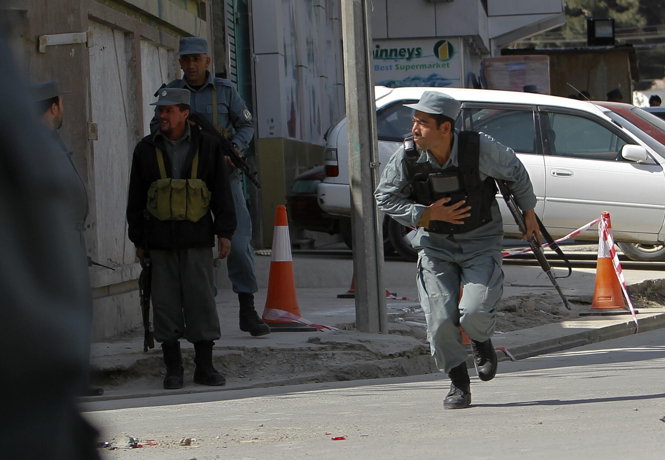 Policial afegão em combate contra rebeldes talibãs que realizaram uma série de ataques em Cabul.