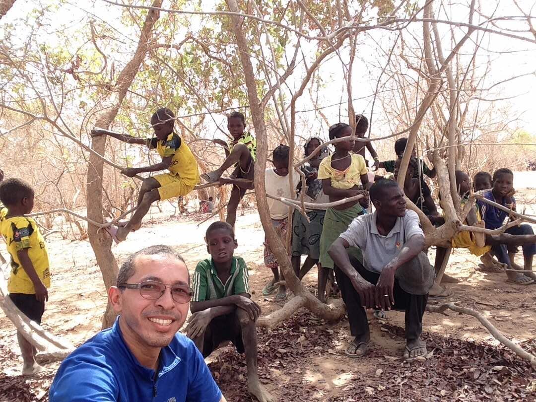 Cristiano com crianças fulanis.