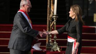 El presidente peruano Pedro Pablo Kuczynski y la nueva presidenta del Consejo de Ministros Mercedes Aráoz durante la ceremonia de inauguración en Lima el 17 de septiembre de 2017.