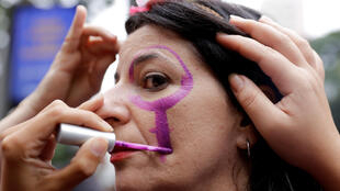 Une femme manifeste lors de la Journée internationale des droits des femmes, à Sao Paulo au Brésil.
