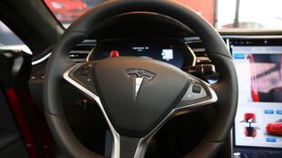 El interior de un Tesla en una sala de exposición de Nueva York, el 5 de julio de 2016