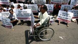 Manifestation silencieuse contre le jugement en cour martiale du général Sarath Fonseka, à Colombo, le 15 mars 2010.