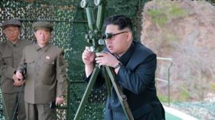 Shugaban Koriya ta Arewa Kim Jong Un na kallon yadda jami'ansa ke harba makami mai linzami