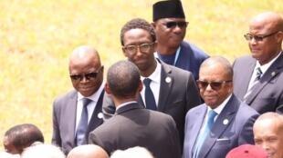 Hervé Berville salue le président Kagame, de dos, lors des commérations du génocide des Tutsis, à Kigali.