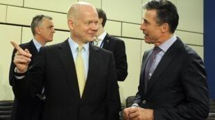 Waziri wa mambo ya nje wa Uingereza William Hague akiwa pamoja na katibu mkuu Umoja wa kujihami wa mataifa ya magharibi NATO, Anders Fogh Rasmussen (kulia).