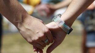 Những người tình nguyện nắm tay kết thành vòng người kỷ niệm 30 năm ngày phát hiện bệnh SIDA, tại Washington ngày 27/06/2012.