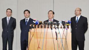 林瑞麟(左二)升任政务司长惹不满声音,曾荫权(右二)则对他大表赞扬。左一为梁卓伟,右一为谭志源。(港府网页)