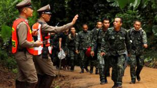 Lực lượng quân đội và cảnh sát được điều động tham gia chiến dịch giải cứu đội bóng bị kẹt trong hang Tham Luang, tại hiện trường ngày 08/07/2018.