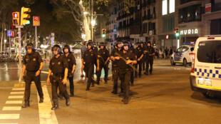 Un bataillon des forces de l'ordre quitte les lieux de l'attentat à Barcelone, vendredi matin à l'aube.
