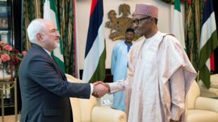 le chef de la diplomatie iranienne Mohammad Javad Zarif (g) reçu par le président nigérian Muhammadu Buhari, à Abuja, le 25 juillet 2016.