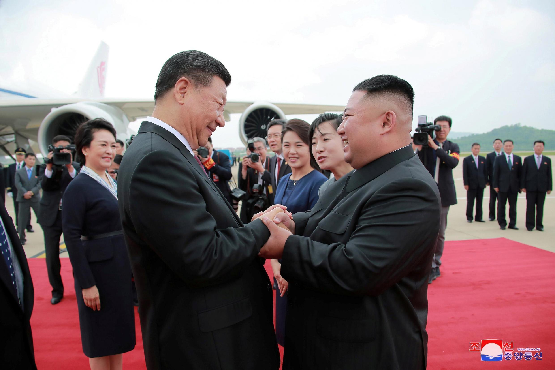 朝鮮領導人金正恩親自到平壤國際機場迎接習近平夫婦