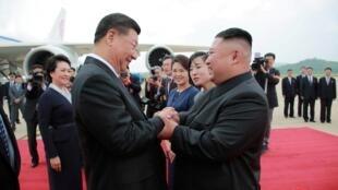 2019年6月21日,朝鮮領導人金正恩親自到平壤國際機場迎接到訪的習近平夫婦
