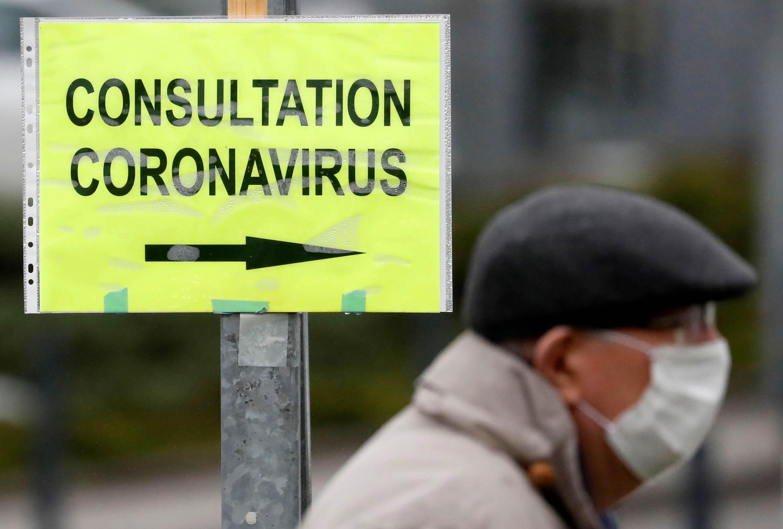 À l'entrée de l'Hôpital de Vannes, France, le 10 mars 2020.