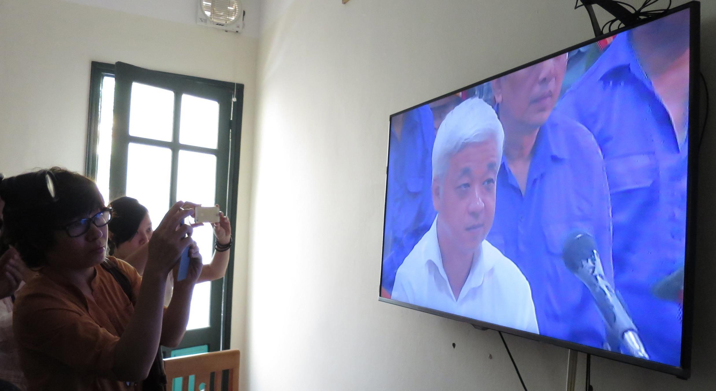 Ảnh chụp lại phiên tòa xét xử bầu Kiên được truyền qua màn ảnh rộng ngoài phòng xử tại tòa án Hà Nội ngày 09/06/2014.