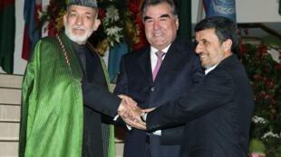 O presidente do Irã, Mahmoud Ahmadinejad (d), cumprimenta o presidente do Afeganistão, Hamid Karzai, e o presidente do Tadjikistão (c), Imomali Rakhmon.