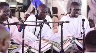 Les pélerins de la confrérie mouride lisent des khassayites, écrits par leur guide spirituel Serigne Touba, sous une tente près de la Grande Mosquée de Touba, le 27 octobre 2018, avant la fête religieuse du Magal.