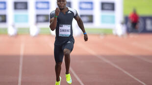 Le Sud-Africain Akani Simbine lors de la finale du 100 m de l'ASA Athletix Invitational, à Johannesburg, le 23 mars 2021