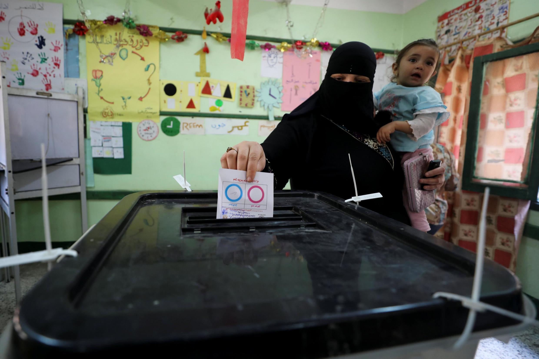 Cử tri Ai cập đi bỏ phiếu trưng cầu dân ý sửa đổi Hiến pháp, tại một địa điểm bỏ phiếu ở Cairo ngày 20/04/2019.