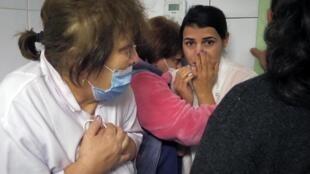 Des travailleurs médicaux réfugiés dans le sous-sol d'un hôpital lors du bombardement de l'artillerie azerbaïdjanaise à Stepanakert, le 28 octobre 2020.