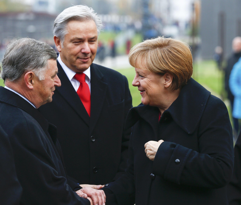 Cựu Thủ tướng Hungary Németh Miklós (trái), Thị trưởng Berlin Klaus Wowereit (giữa) và Thủ tướng Đức Angela Merkel, tại lễ tưởng niệm 25 phá vỡ bức tường Berlin, ngày 09/11/2014.