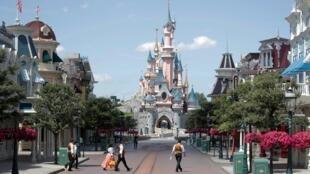 Le secteur du tourisme et de la culture, très apprécié par les jeunes pour un emploi saisonnier, est fortement impacté par la crise due au coronavirus. Ici, Disneyland Paris, à Marne-la-Vallée, avant sa réouverture au public, le 9 juillet (illustration).