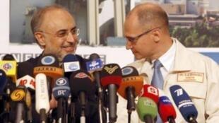 Глава Организации по атомной энергии Ирана Али Акбар Салехи и глава «Росатома» Сергей Кириенко на открыти АЭС в Бушере.