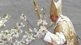 Bento XVI na Praça São Pedro, em Roma, dia 24 de Abril de 2011.