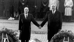 Le président François Mitterrand et le chancelier Helmut Kohl à Verdun, le 22 septembre 1984.