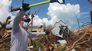 Chad Belger, un pompier de Floride et volontaire, recherche des corps sous les décombres dans le bidonville de Pigeon Peas, après le passage de l'ouragan Dorian à Marsh Harbour, aux Bahamas, le 8 septembre 2019.