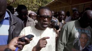Le chanteur Youssou N'Dour après son vote à Dakar le 26 février 2012.