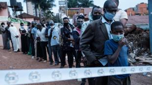 Fila de espera para votar en Kampala, el 14 de enero de 2021