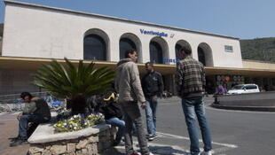 De jeunes migrants tunisiens à la gare de Vintimiglia cherchent à prendre le train pour se rendre en France.